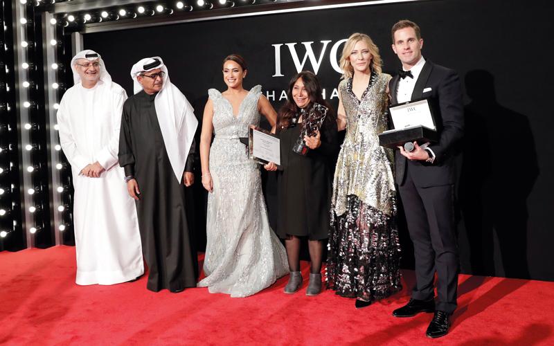 بلانشيت تسلِّم الجائزة للمخرجة السينمائية السعودية.  من المصدر