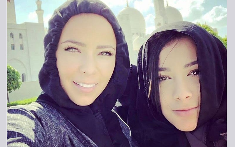 الصورة: بالصور.. زوجات لاعبي ريال مدريد يزرن مسجد الشيخ زايد