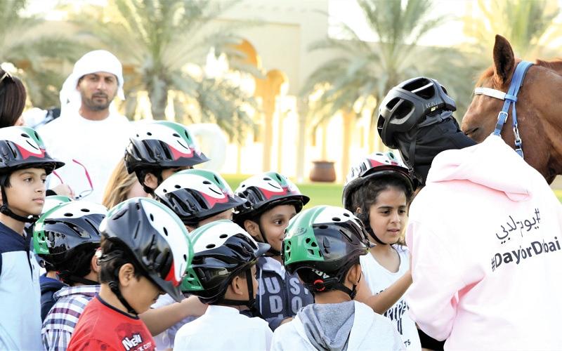 الصورة: «مربط دبي» يمنح الأطفال «سعادة الفروسية»