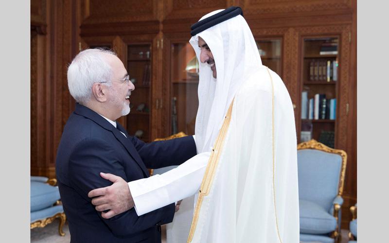 تميم بن حمد ووزير خارجية إيران محمد جواد ظريف في لقاء حميمي. أرشيفية