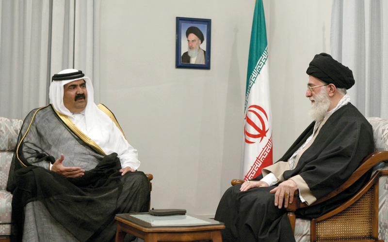 أمير قطر السابق حمد آل ثاني ومرشد إيران علي خامنئي في لقاء يكشف قِدَم التآمر.  أرشيفية