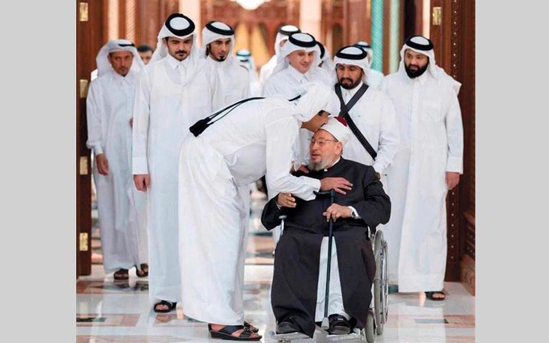 أمير قطر يقبل القرضاوي الذي يُعد أول من أثار خلافات لدى مسلمي أوروبا. أرشيفية