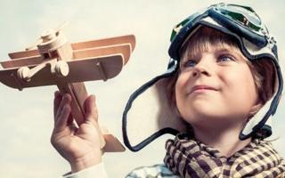 الصورة: «جيمس3».. قصة الطيار الذي مات وعاد طفلاً