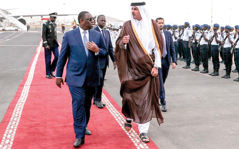 الرئيس السنغالي ماكي سال وتميم في مطار داكار. أ.ف.ب