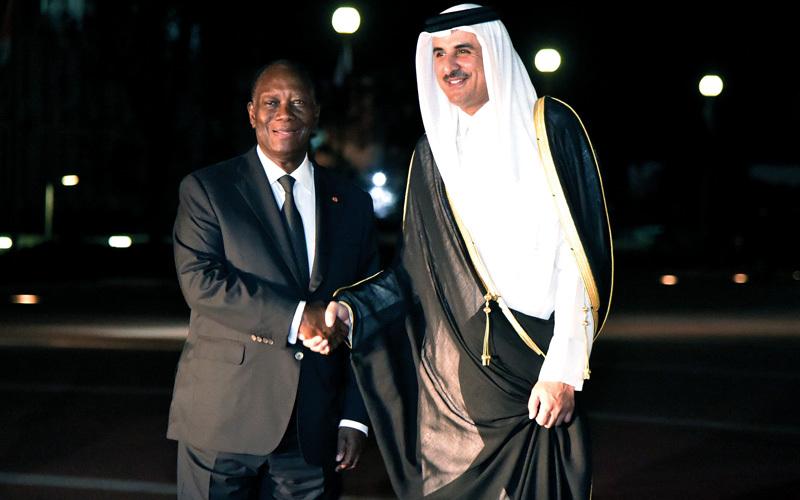 رئيس ساحل العاج الحسن واتارا مع تميم في أبيدجان. أ.ف.ب