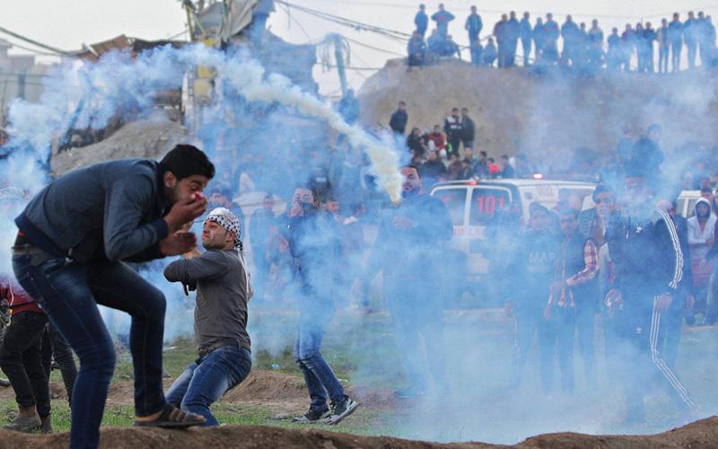 جانب من مواجهات شرق غزة مع قوات الاحتلال. إي.بي.إيه