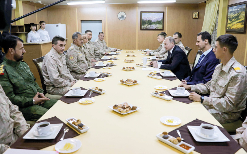 بوتين في سورية حيث أبلغ جنوده بأنهم سيعودون إلى الوطن بحضور الرئيس الأسد. أ.ف.ب