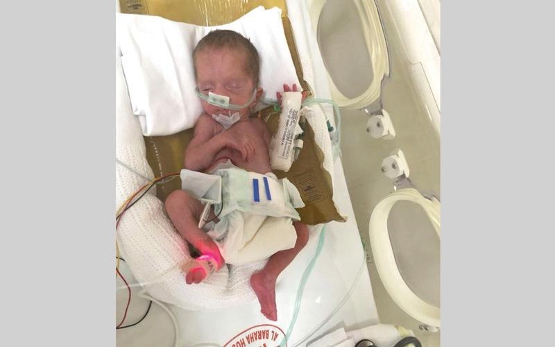الصورة: «أبوآسيا» عاجز عن دفع 146 ألف درهم تكاليف علاج طفلته