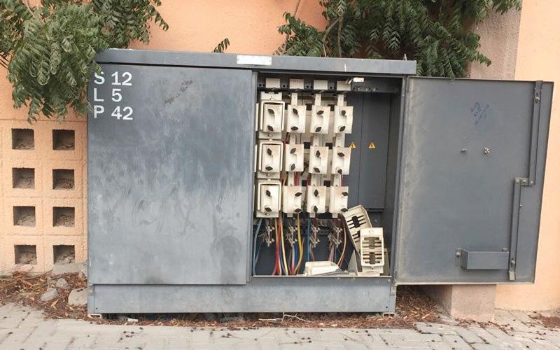 الصورة: محولات كهربائية مكشوفة بين منازل في الشارقة