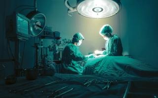 الصورة: بريطانية تجري عملية مدتها 8 ساعات دون تخدير