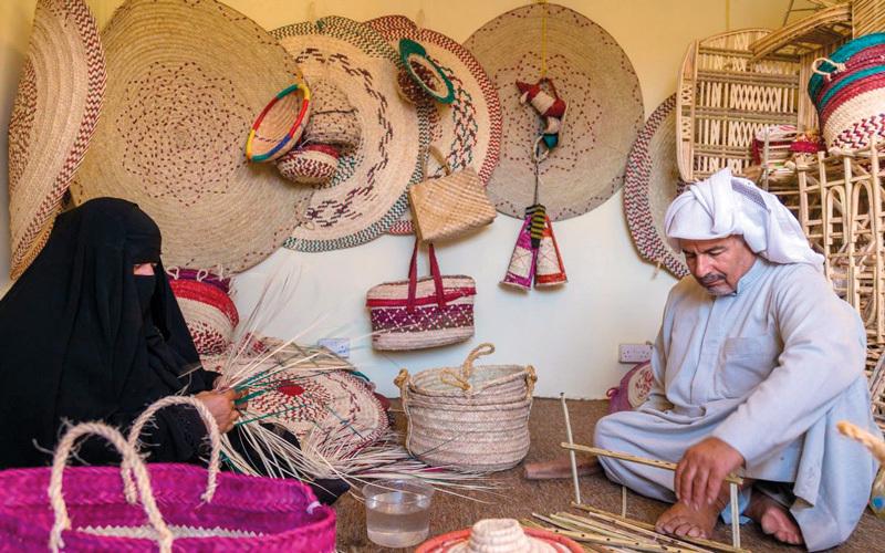 منتجات مصنّعة من السعف وخوص النخيل في الجناح السعودي.  من المصدر