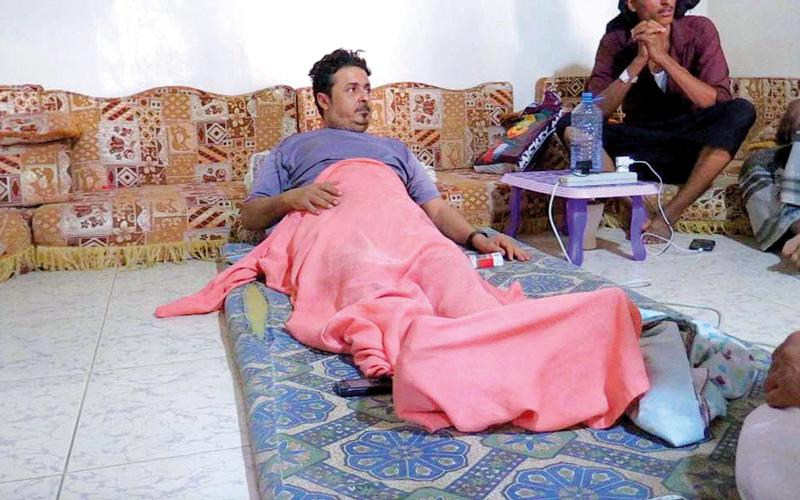 صالح سمن أصيب بطلقة في العمود الفقري أصابته بشلل.. وأقعدته في الفراش.  من المصدر