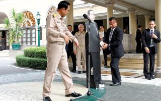 الصورة: مجسّم كرتوني لرئيس الحكومة التايلاندية لتلقي أسئلة الصحافيين