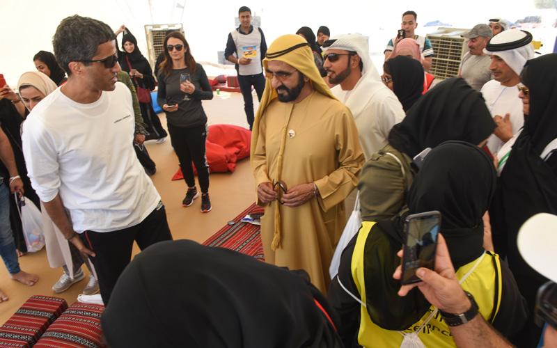 محمد بن راشد يفاجئ موظفي «أمانة تنفيذي دبي» بحضور «اجتماع غير تقليدي»