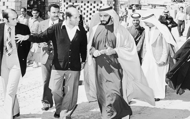 الشيخ زايد خلال إحدى جولاته بعدسة الخالدي. أرشيفية