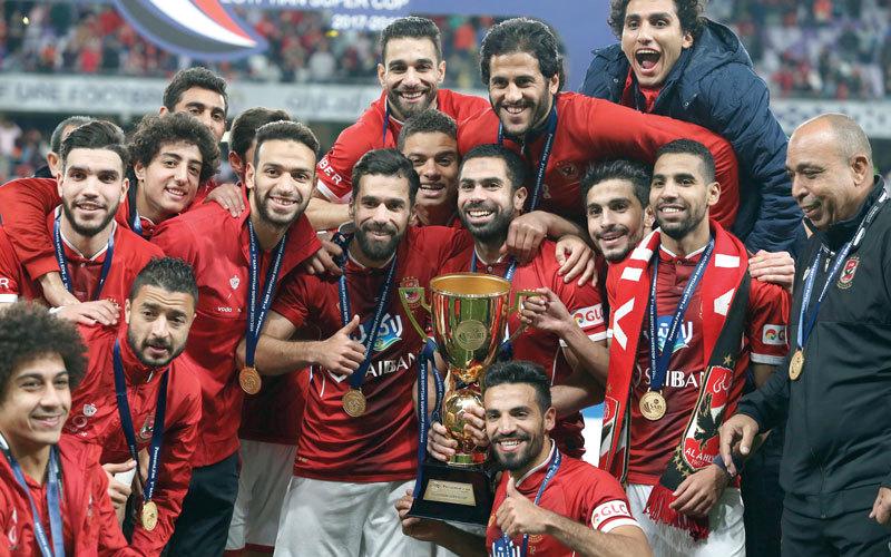 فريق الأهلي القاهري متوجاً بكأس السوبر المصري.  الإمارات اليوم