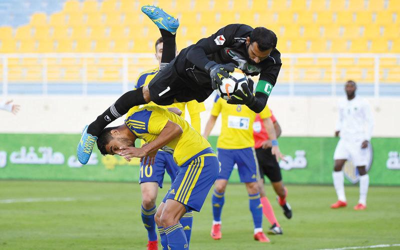 حارس فريق الإمارات أحمد الشاجي يقفز أعلى لاعبي الظفرة، خلال المبارة التي انتهت بفوز الإمارات بهدف نظيف. تصوير: إريك أرازاس