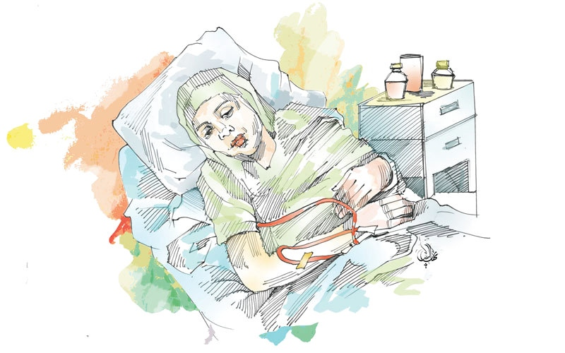 الصورة: «بتول» تعاني مرضاً نادراً سبّب لها شللاً