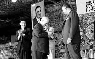 الصورة: احتفالات واسعة بـ «مئوية ناصر» باتفــاق مؤيديه ومعارضيه