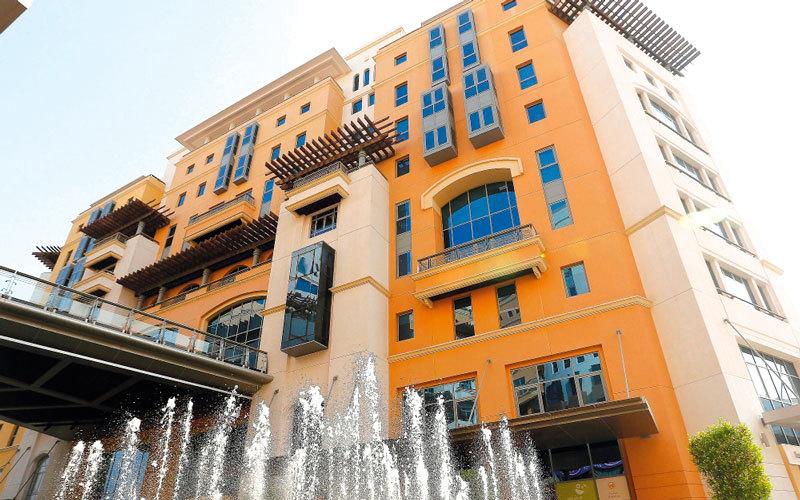 اقتصادية دبي حذرت المنشآت التجارية من مخالفة شروط الترخيص. أرشيفية