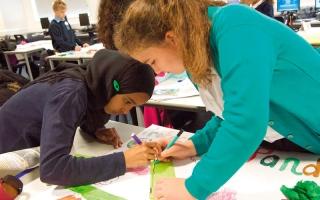 الصورة: مدرسة بريطانية تثير الجدل بمنع الرموز الدينية