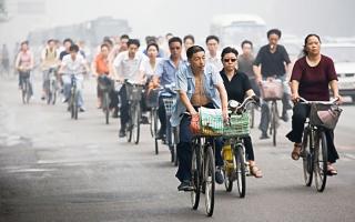 الصورة: بكين بدأت باستخدام الدراجة الهــــــوائية وانتهت بالقطار الأعلى سرعة