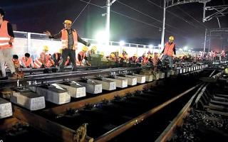 الصورة: عمال صينيون يبنون خط سكة حديد في 9 ساعات فقط