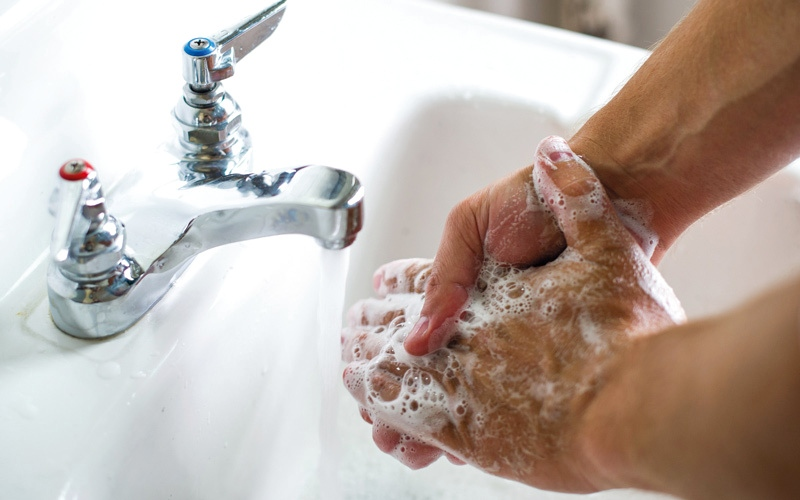 الصورة: ممرضة للأميركيين: لتجنب الأنفلونزا اغسلوا أيديكم النتنة