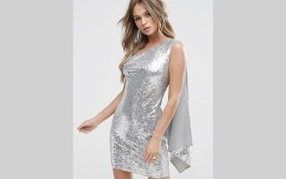 الصورة: الفستان الفضي لإطلالة متلألئة في الحفلات