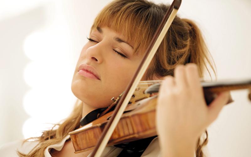 عازفة الكمان العالمية نيكولا بينيديتي. من المصدر