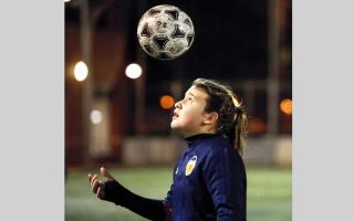 الصورة: فريق كرة قدم للفتيات يكسر الصورة النمطية.. ويفوز على فريق الصبيان