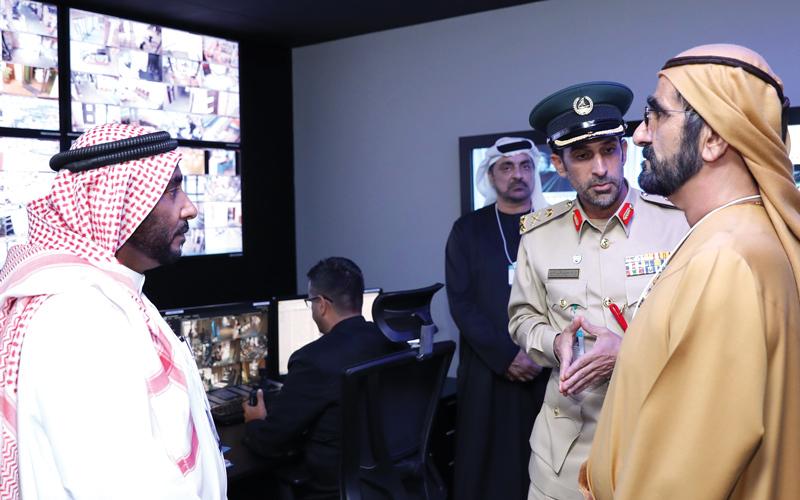 محمد بن راشد مستمعاً إلى شرح عبدالله المري حول آلية تأمين المشاركين في القمة.  وام