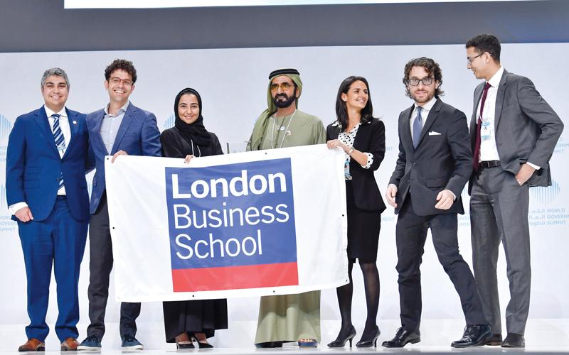 محمد بن راشد يتوسط فريق طلبة كلية لندن للأعمال الفائز في تحدي الجامعات العالمي.  من المصدر