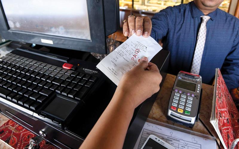 بعض منافذ البيع ومحال تقديم الخدمات رفع الأسعار بنسب تصل إلى 20%. تصوير: أشوك فيرما