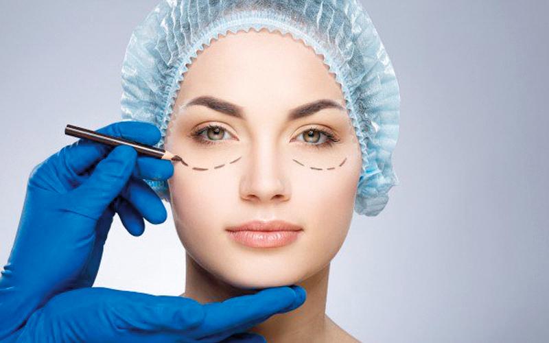 عمليات التجميل تشهد إقبالاً كبيراً من الجنسين خصوصاً فئة الشباب.  أرشيفية