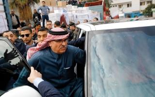 الصورة: بالأحذية.. طرد مندوب الدوحة في غزة ونزع علم قطر