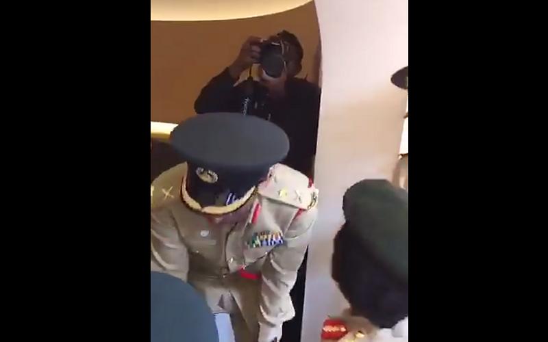 الصورة: قائد عام شرطة دبي... هل هو مدريدي أم برشلوني؟ وماذا قال لطفلين يشجعان الوصل؟...شاهد الفيديو