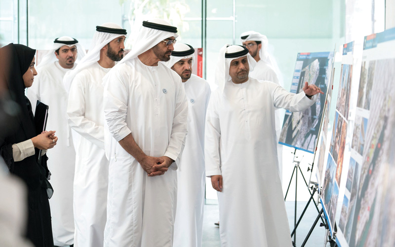 ولي عهد أبوظبي يستمع إلى شرح عن المشروعات التنموية والسياحية في منطقة الميناء ومراحل تنفيذها. وام