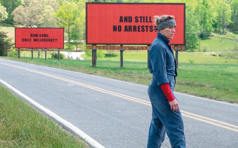 الصورة: فرانسز مكدورمند تعاقب الجميع في «ثلاث لوحات إعلانية...»