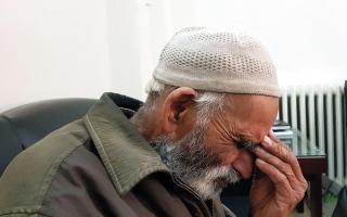 الصورة: إجلاء باكستاني مسن مع زوجته من الغوطة الشرقية