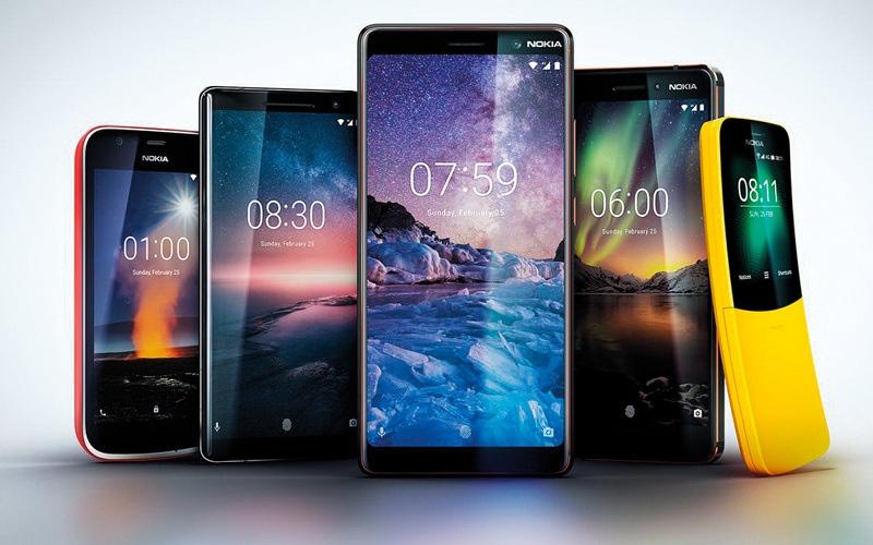 الصورة: «نوكيا الموزة» و«مايكروسوفت لوميا» في منافسة غير متكافئة مع هواتف عالية المواصفات