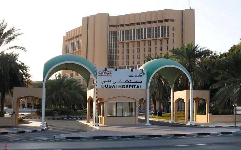 الصورة: أطباء مستشفى دبي يعيدون البصر إلى مريض يعاني انفصال الشبكية