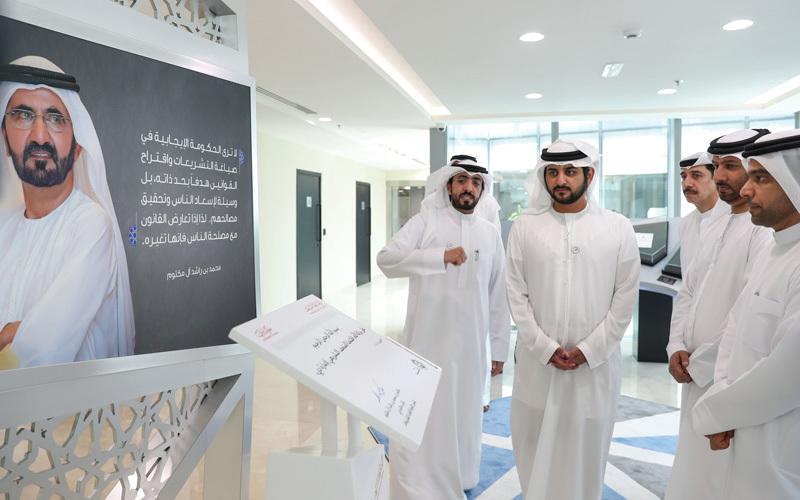 مكتوم بن محمد خلال افتتاح المتحف التشريعي.  وام