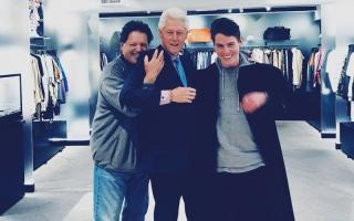 الصورة: بيل كلينتون يزور ابن أخيه في محل للأزياء