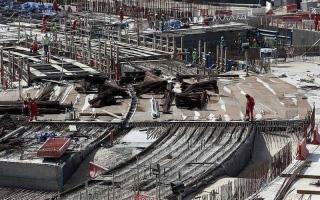 الصورة: انتهاكات لعمال مونديال قطر.. 148 يوم عمل متواصلا