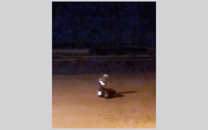 """الصورة: بالفيديو.. """"خدمات رأس الخيمة"""" تحقق في إلقاء عامل نظافة لمخلفات على شاطئ """"شعم"""""""