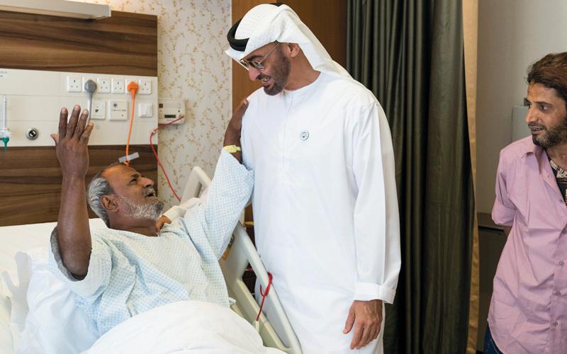 محمد بن زايد يزور الشاعر اليمني فضل محمود صالح في مستشفى برجيل