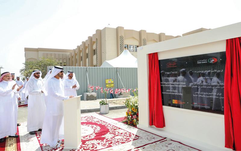 مكتوم بن محمد يزيح الستار عن اللوحة التذكارية في موقع المشروع.  وام