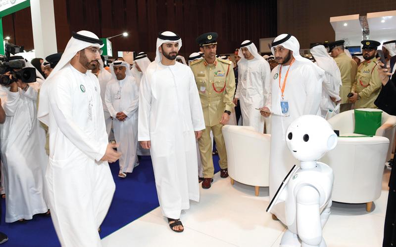 منصور بن محمد خلال افتتاح ملتقى ومعرض حماية الدولي. من المصدر