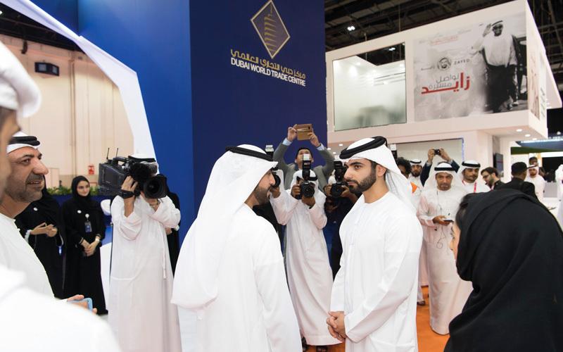 منصور بن محمد خلال افتتاحه المعرض. من المصدر